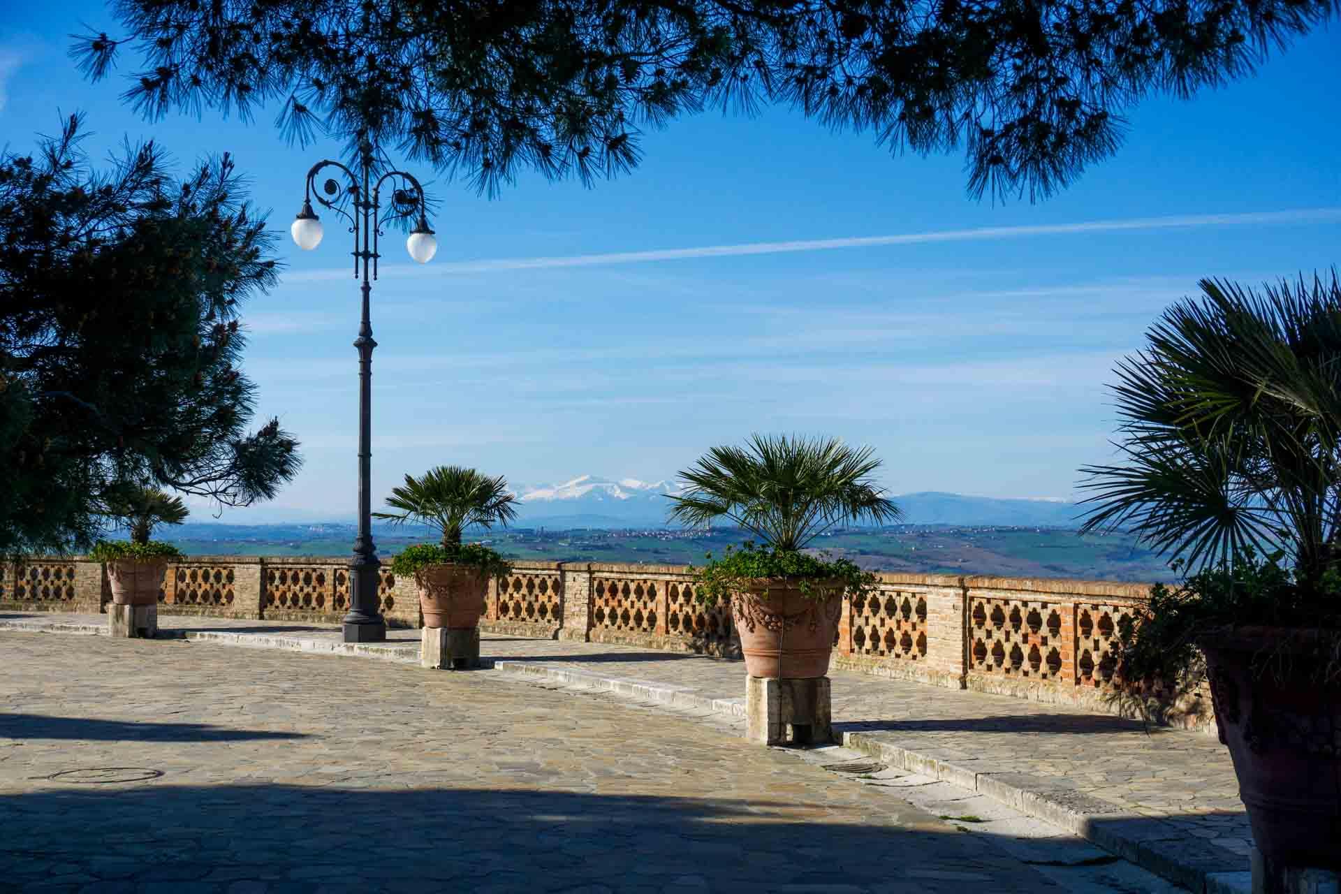 Giardini Pubblici con sullo sfondo la catena dei Sibillini – © Sauro Strappato