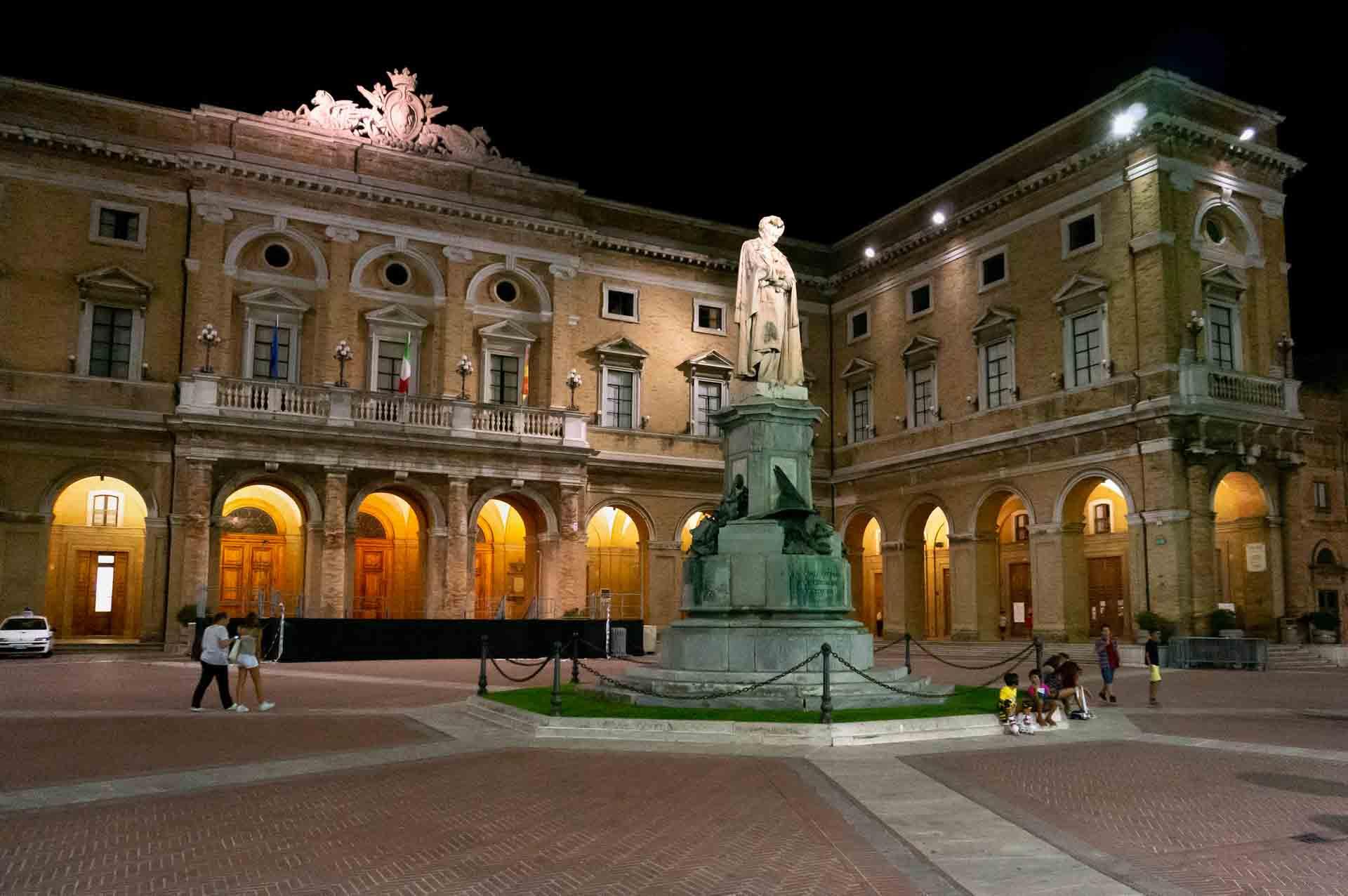 Recanati Monumento Leopardi e Palazzo comunale – © Sauro Strappato
